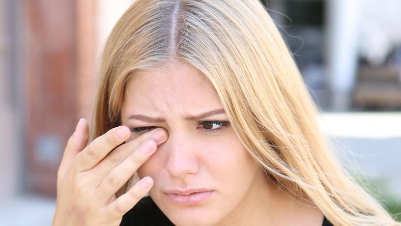 Kobieta ma problem z oczami