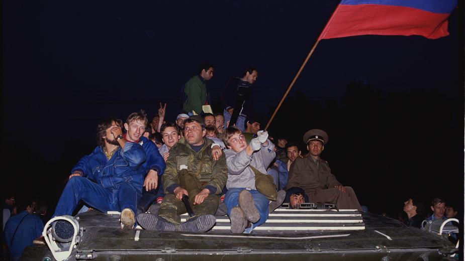 Mieszkańcy Moskwy bronią budynku parlamentu przed puczystami. Moskwa, sierpień 1991 r.