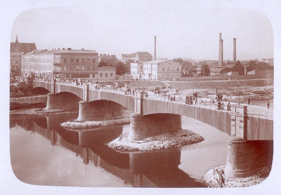 Most im. cesarza Franciszka Józefa I, zwany później Podgórskim, oddany do użytku w 1850 r. Obecnie w tym miejscu znajduje się kładka Ojca Bernatka