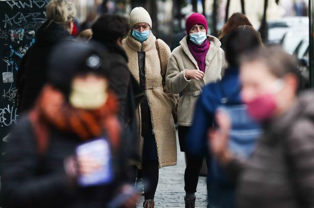 Brak maski w miejscu publicznym jest karane mandatem w wysokości co najmniej 240 euro.