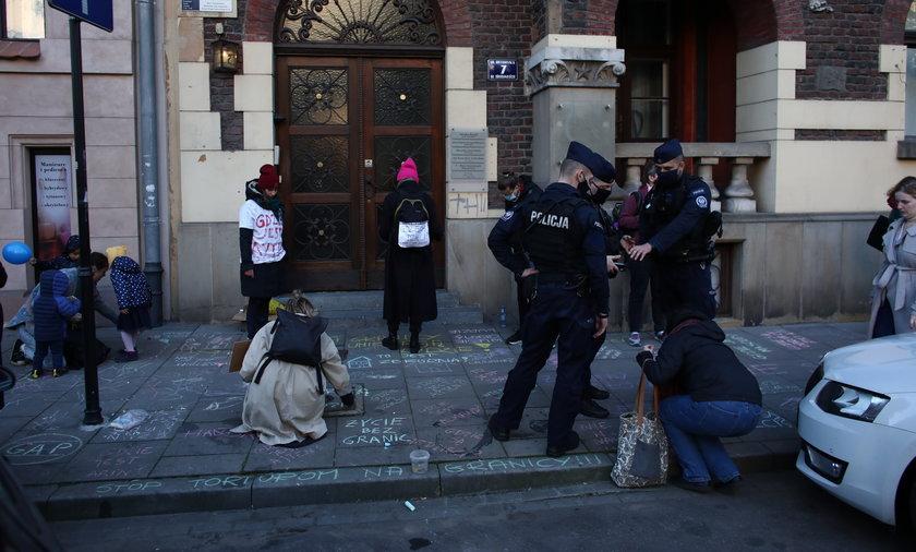 Dzieci pisały kredą przed siedzibą PiS. Interweniowała policja. Co zrobili śledczy?