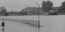 Ulewy w Krakowie. Woda zalała bulwary wiślane