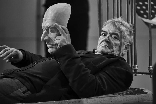 """""""Hamlet – komentarz"""" rozgrywa się na dwa miesiące przed właściwą akcją dramatu, czyli w noc zabójstwa starego króla. - To jest taka noc czuwania, rodzaj szekspirowskich dziadów. Pojawiają się postacie, które są nieobecne na kartach dramatu. Fot. Mateusz Bral"""