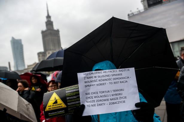 """Uczestnicy """"Czarnego protestu"""" przy Rotundzie w centrum Warszawy"""