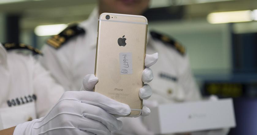W Shenzhen regularnie dochodzi do zatrzymywania przemytu m.in. iPhone'ów. Powyższe zdjęcie pochodzi z 2014 roku
