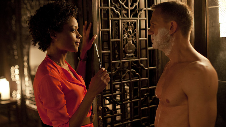 """""""Skyfal"""" – Naomie Harris i Daniel Craig w scenie z brzytwą"""