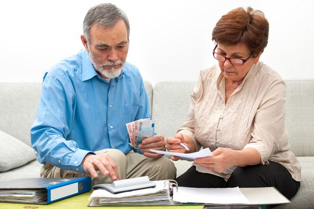 Według projektu prezydenckiego, wiek emerytalny powinien wynosić co najmniej 60 lat w przypadku kobiet i co najmniej 65 lat w przypadku mężczyzn