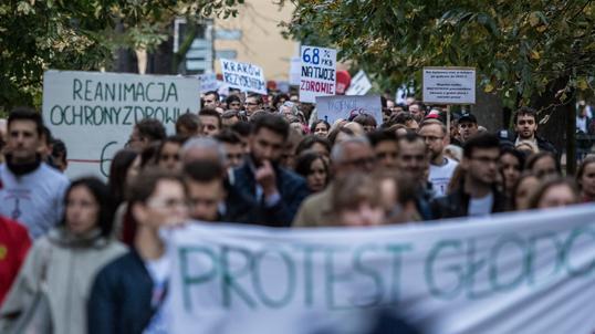 ad20b69f70 Podczas protestu głodowego rezydentów w kraju organizowano marsze poparcia  dla młodych lekarzy