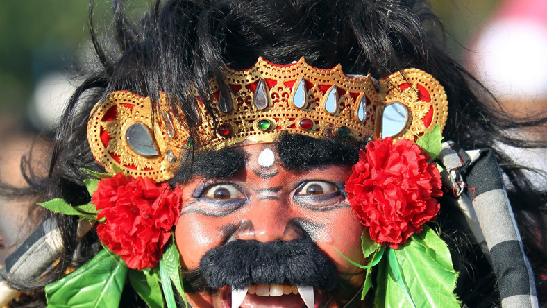 Nyepi wywodzi się z wyspy Bali, ale chętnie obchodzone jest w Dżakarcie. Mężczyzna w tradycyjnej masce robi wrażenie