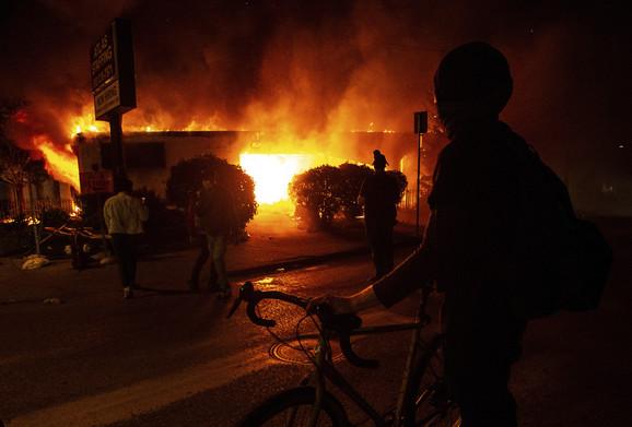 Demonstranti su ignorisali polcijski čas koji je uveden juče u Minepolisu i četvrtu noć zaredom grad je bio u plamenu.