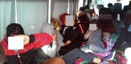 Zatrzymano przepełnionego busa. Dzieci jechały na podłodze