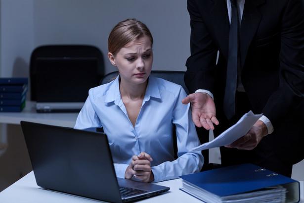 Zarówno w orzecznictwie, jak i w piśmiennictwie podkreśla się, że powierzenie – na podstawie art. 42 par. 4 k.p. – zadań służbowych nieodpowiadających kwalifikacjom pracownika może stanowić naruszenie przez pracodawcę obowiązku poszanowania jego godności