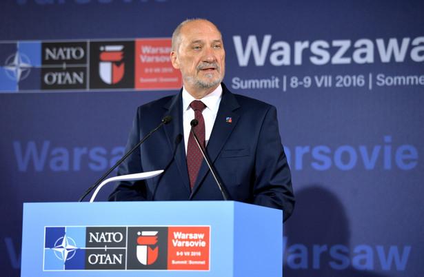 Polski minister obrony narodowej Antoni Macierewicz podczas konferencji prasowej na stadionie PGE Narodowy.