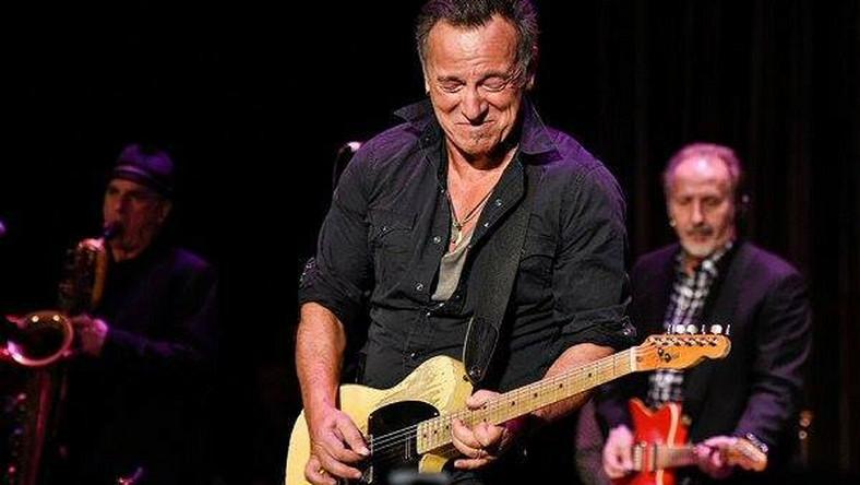 """Boss pojawił się w Asbury Park, w New Jersey, gdzie odbywał się charytatywny występ """"Light of Day"""", z którego dochód przeznaczony jest na badania nad chorobą Parkinsona. Bruce Springsteen nie po raz pierwszy wziął udział w dobroczynnej imprezie –z ostatnich 15 brał udział w 11. Muzyk nie tylko grał i śpiewał z wieloma innymi artystami, ale i przechadzał się wśród publiczności. Koncert zakończył się o 2 nad ranem i dopiero wtedy słynny Boss ze sceny zszedł. Niepokonany"""