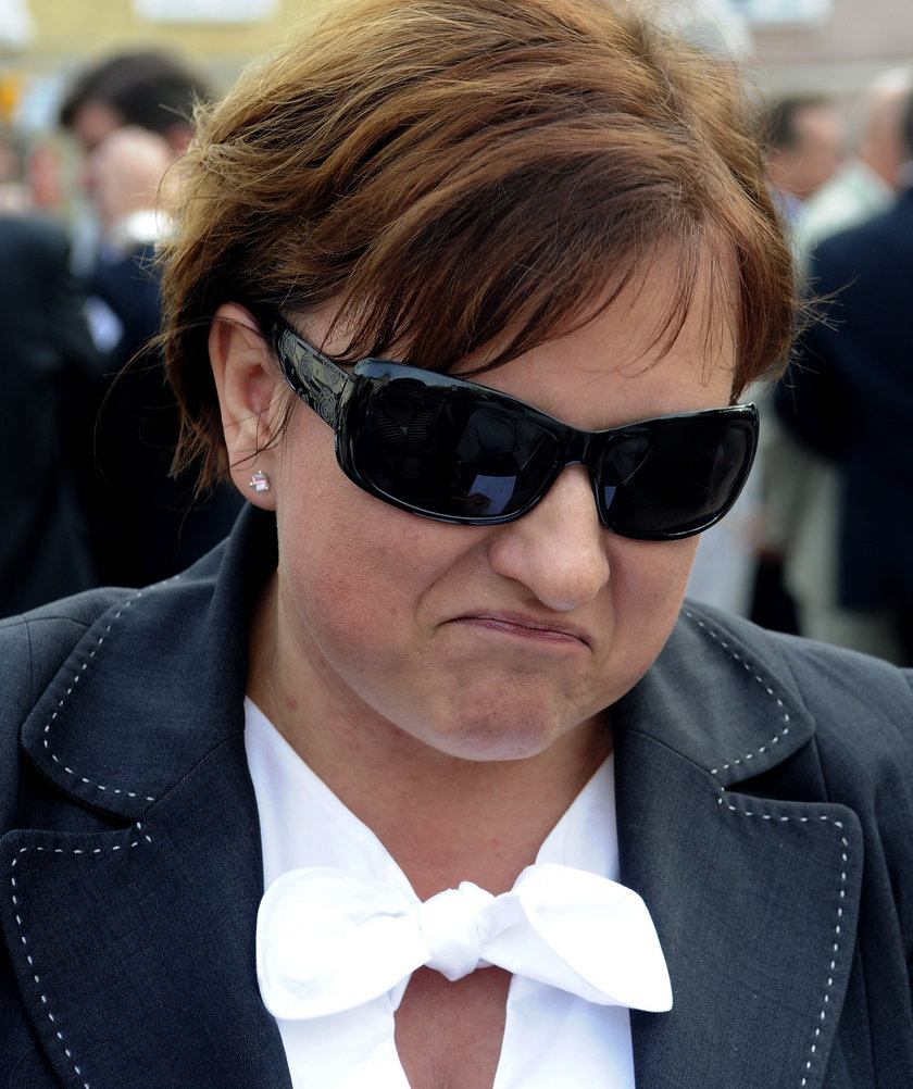 Beata Kempa w bluzce z kokardą