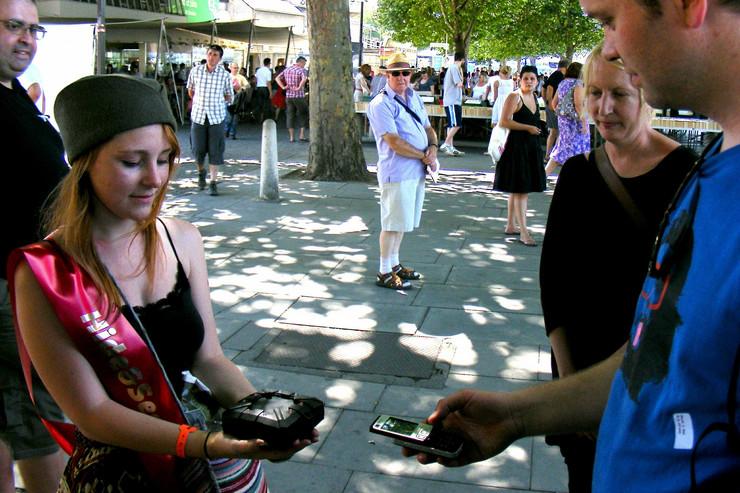 60407_andy-broomfield--igraci-dobijaju-zadatke-na-mobilni-telefon