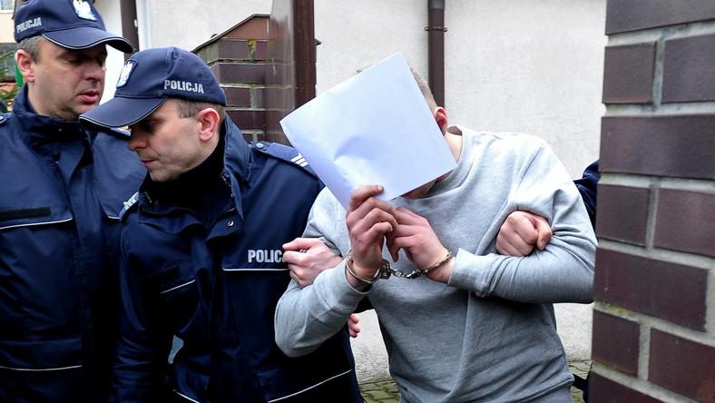 Jeden z zatrzymanych wyprowadzany przez policję po przesłuchaniu w Prokuraturze Rejonowej w Kamieniu Pomorskim