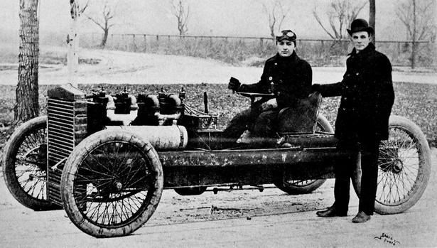 Henry Ford i Barney Oldfield, 1902 (Domena Publiczna)