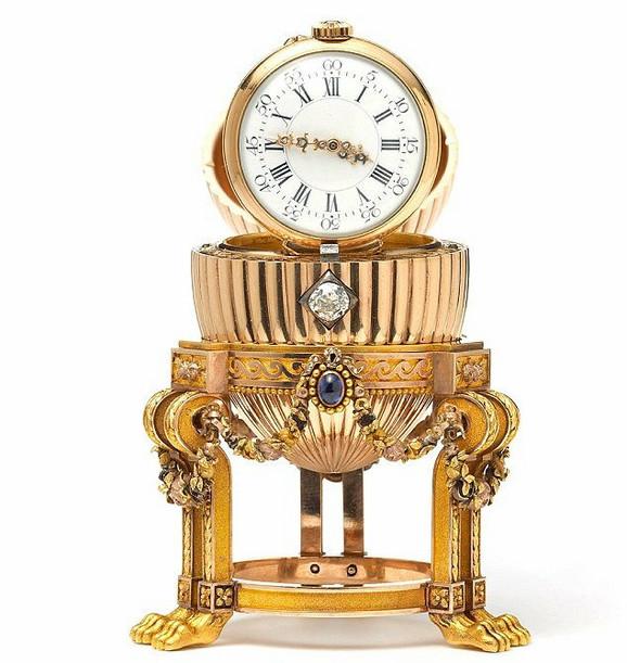 U unutrašnjosti jajeta je skupoceni sat koji je car Aleksandar III poklonio svojoj ženi Mariji Fjodorovnoj za Uskrs 1887. godine