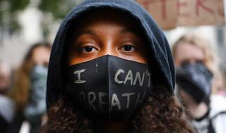 Demonstranci obalili pomnik handlarza niewolników. Ciąg dalszy protestów w Wielkiej Brytanii