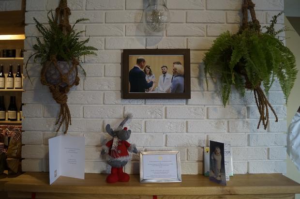 Pamiątkowe zdjęcie Damiana Wawrzyniaka z księciem Williamem i księżną Kate wisi w centralnym miejscu polskiej restauracji w Peterborough