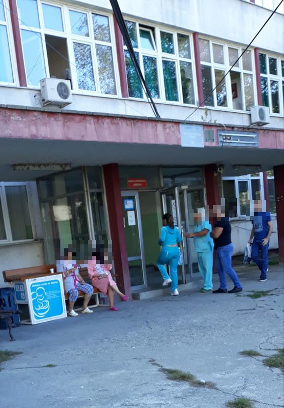 Miljana Kulić ispred bolnice
