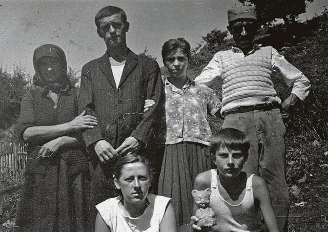 Stojan Brajović u sakou sa majkom bratom i sestrama pred polazak na fakultet