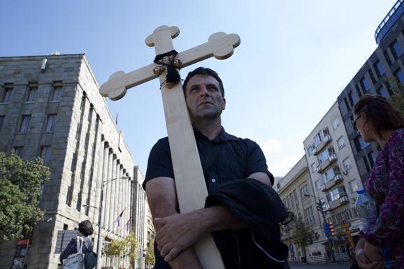 Protivnici Prajda nose ikone i krstove