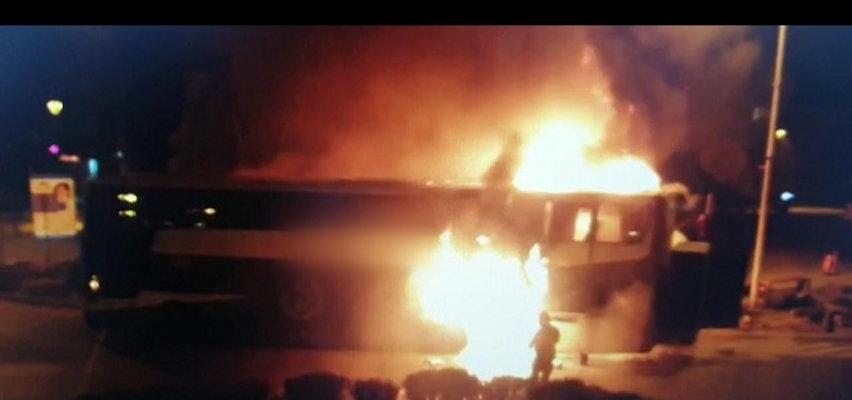 Horror w centrum miasta. Autokar z 31 osobami na pokładzie stanął w płomieniach