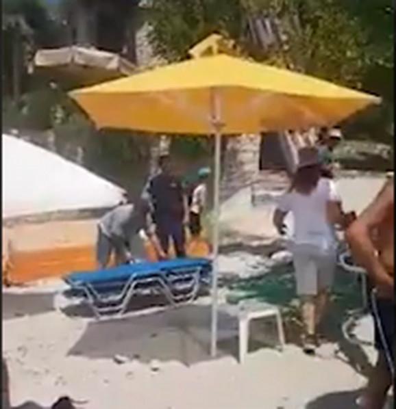 Policija osnosi ležaljke sa plaže na Tasosu