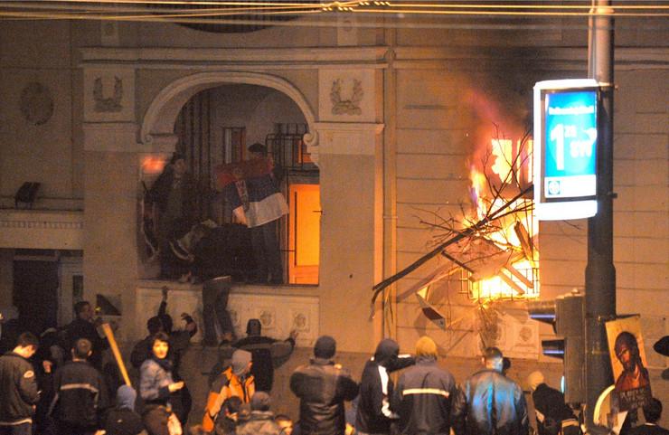 Paljenje ambasade