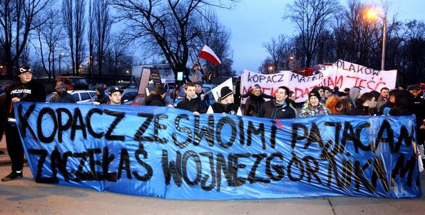 Górnicy przeznaczonej do likwidacji KWK Bobrek Centrum, ich rodziny oraz mieszkańcy Bytomia, podczas protestu w Bytomiu, 14 bm. Przeciwko rządowemu planowi naprawy dla Kompanii Węglowej (KW) protestują już górnicy ze wszystkich 14 kopalń należących do tej spółki. Po południu 14 bm. do akcji przystąpili pracownicy ostatniej z nich - Bolesława Śmiałego.