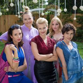 """Kożuchowska, Gąsiorowska, Bołądź, Roznerski i Rozbicki w filmie """"Kochaj"""""""
