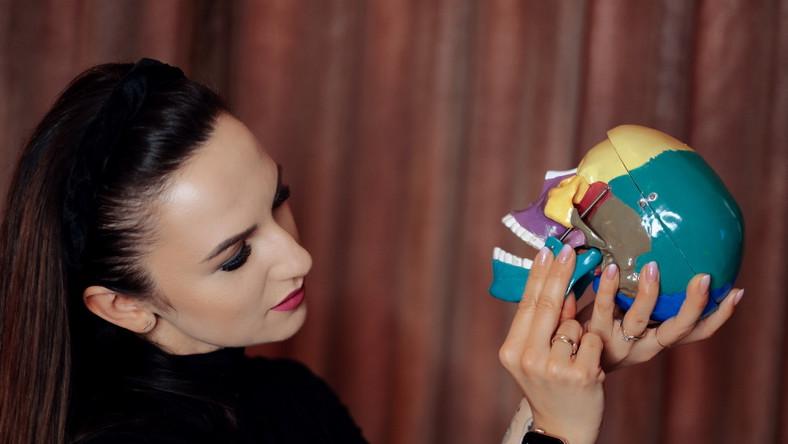 Kobieta ogląda model czaszki