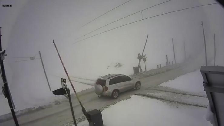 Dzip prolazi preko prelaza u Donjem Medjurovu iako su rampe pocele da se spustaju01 foto Printscreen