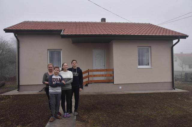 Porodica Maksimović ispred nove kuće