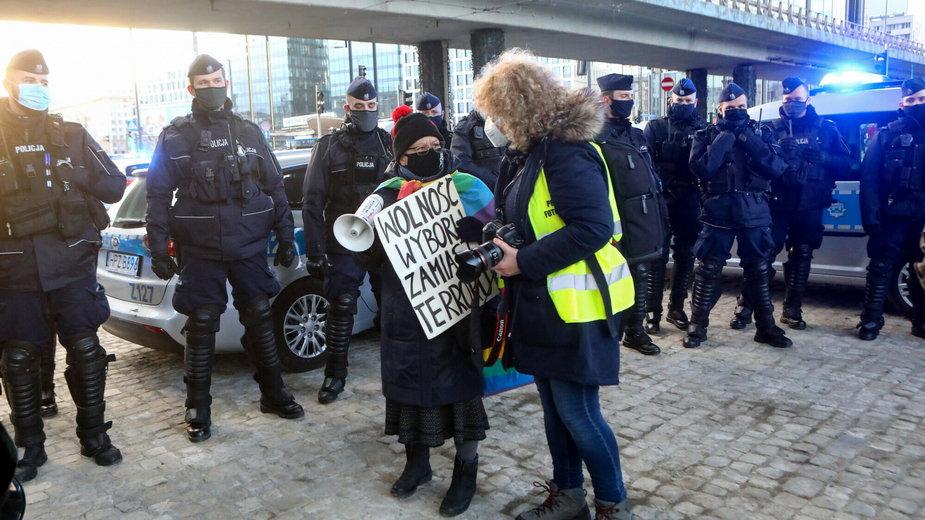 Babcia Kasia podczas protestu w Warszawie