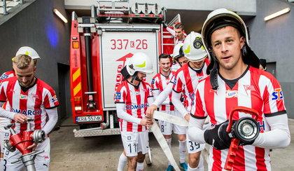 Nietypowa cieszynka piłkarzy Cracovii. Przebrali się za strażaków