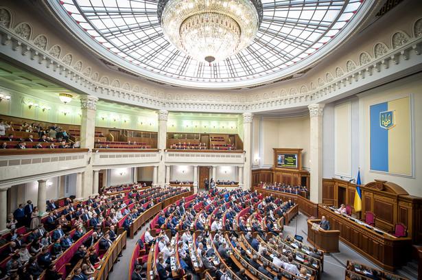 Prezydent Zełenski zaryzykował protestami, ale zgodził się na wpisanie do ustawy niekorzystnych zapisów w sprawie Donbasu.