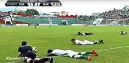 Przerwany mecz i leżący na murawie piłkarze. Co tam się wydarzyło?
