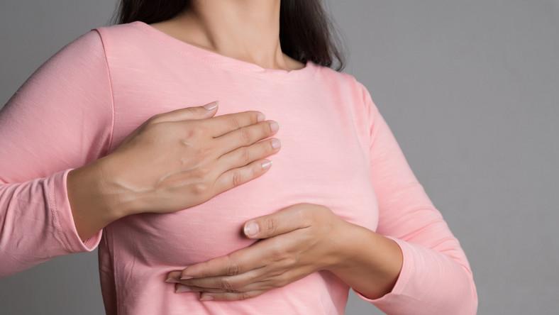 Kobieta dotyka piersi