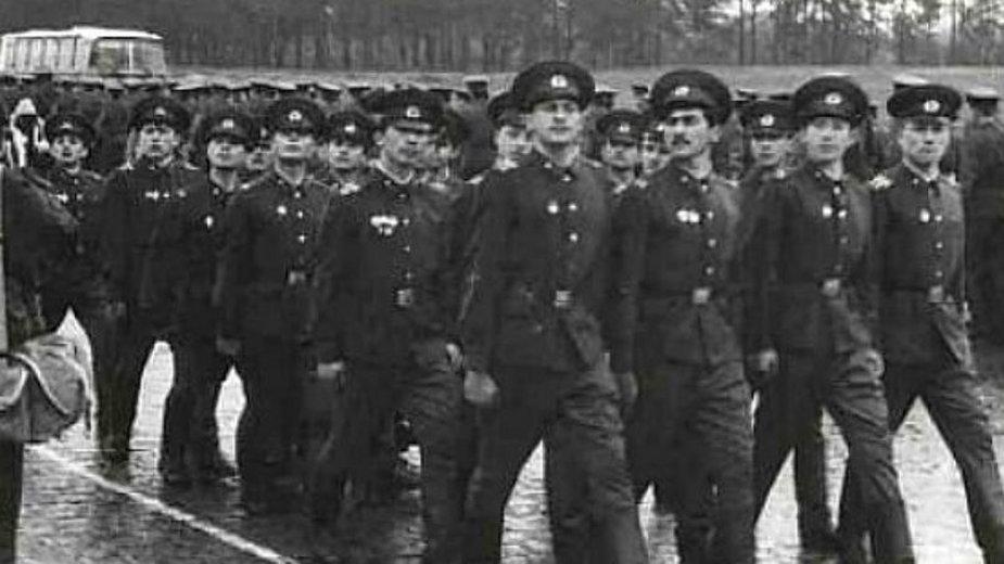 8 kwietnia 1991 r. Defilada żołnierzy radzieckich na rampie kolejowej w Bornem Sulinowie. Zdjęcie: Aleksander Piwień (ówczesny fotograf dywizji Wojsk Armii Radzieckiej)
