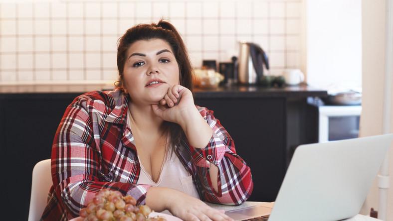 Otyła kobieta przed komputerem, homeoffice