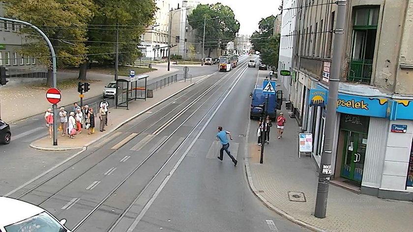 Mężczyzna wyskoczył z okna na ulicę