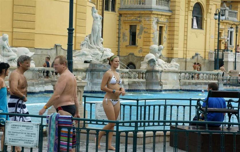 Nasza serialowa piękność na basenie w Budapeszcie. FOTO