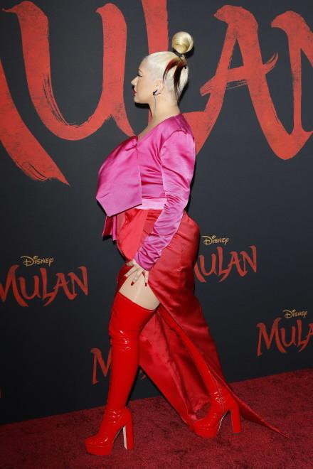 """... Na hollywoodzkiej premierze filmu """"Mulan"""" 39-letnia wokalistka po raz kolejny zaprezentowała bardziej okrągłą figurę, którą..."""
