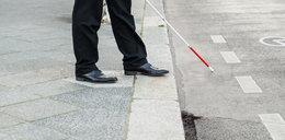 Niewidomy błąkał się po ruchliwej jezdni. Nikt się nie zatrzymał