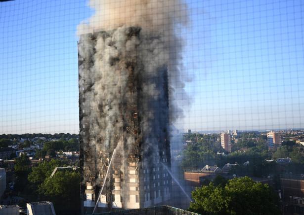 Ok. 200 strażaków walczy w środę rano z pożarem 27-piętrowego apartamentowca Grenfell Tower w zachodnim Londynie