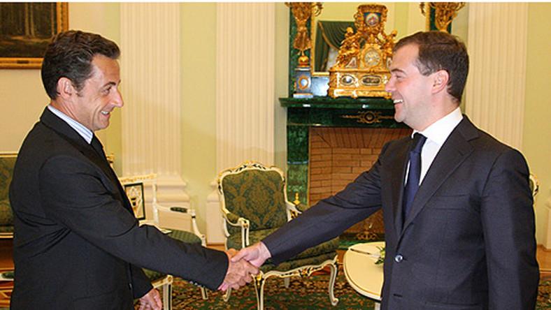 Sarkozy ma 165 cm wzrostu i jest 3 cm wyższy od Miedwiediewa (162 cm)