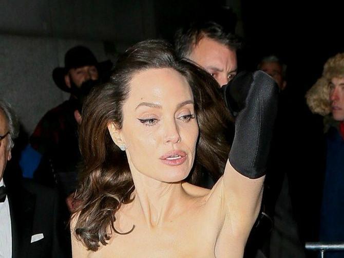 Anđelina se pojavila u seksi haljini, a svi su PILJILI U NJENE GRUDI: Jedan detalj je sve ostavio U ČUDU
